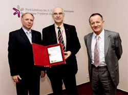 (From left to right) Leszek Drogosz, Director, Infrastructure Department, city of Warsaw; Wiktor Zieminski, Technical Bureau Director, Warsaw Chopin Airport and Pawel Markiton, General Manager, Trane Poland